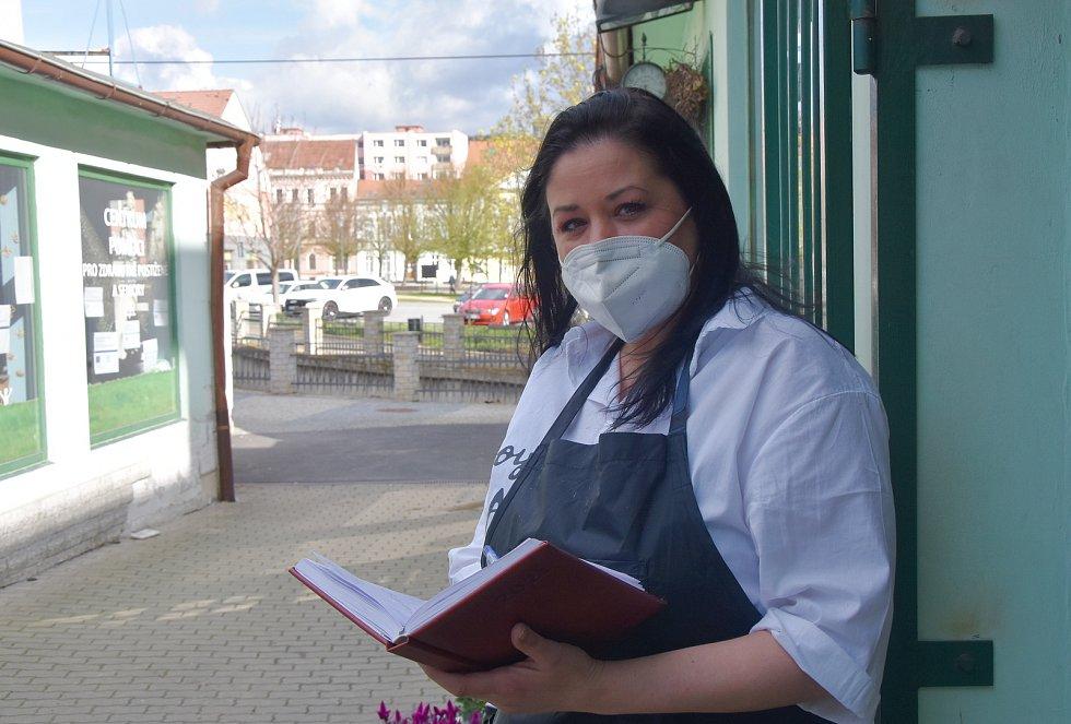 Veronika Kovaříková stříhá v Kadeřnictví Verona, které je v Jirkově na nábřeží.