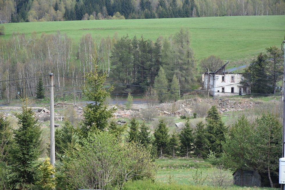 Areál bývalé pily, který chce obec přeměnit na zelenou odpočinkovou zónu.