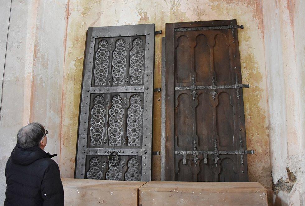 Vstupní dveře do kostela, které ve Výsluní zanechal štáb natáčející fantasy seriál The Wheel of Time. Ten  má konkurovat Pánu prstenů a navázat na úspěch Her o trůny.
