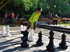 V chomutovském městském parku si můžete zahrát obří šachy nebo třeba dámu