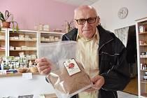 Přírodovědec Jiří Roth se zpracovanou léčivou houbou zvanou reishi.