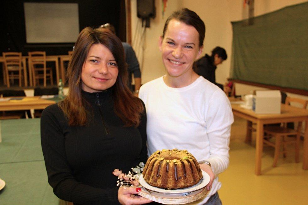 Romana Lecjaksová a Zuzana Blažejovská lákají k ochutnávce bábovky z pistácií.