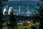 Pohled na elektrárny Prunéřov I a II z kopce na obcí Místo.