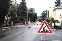 Od pondělí je uzavřen průjezd Čelakovskou ulicí v Chomutově ve směru od vlakové zastávky (viz foto). Průjezd ze Zborovské ulice je zatím možný, ale provoz v obou směrech řídí semafor.