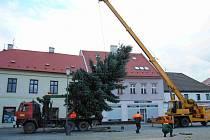 Stavba vánočního stromu na náměstí Dr. E. Beneše v Jirkově.