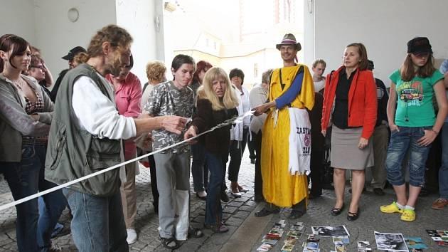 Proti chomutovské radnici opět protestovali nespokojení obyvatelé města. Tentokrát protest nazvali Nešlapte po nás a proto také nalepili u vstupu na chomutovskou radnici své fotografie.