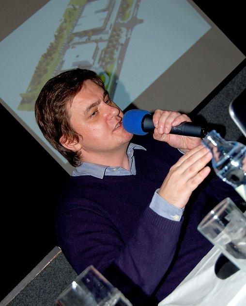 Architekt Rudolf Wiszczor zchomutovské kanceláře Regionstudio na setkání slidmi ze Zahradní představuje projekt přestavby KASSu.