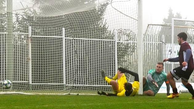 GÓL. Spořice (žlutí) se v utkání ujaly vedení v desáté minutě díky důrazu útočníka Patrika Kopečného. Gólman Dominik Čermák už jen sleduje, jak míč přechází brankovou čáru.