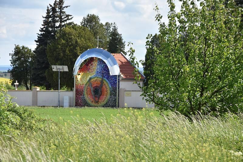 Magická brána aneb Hodiny života. Tak se nazývá mozaiková plastika hřbitovní zdi v Březně, jejímž autorem je Václav Krob.