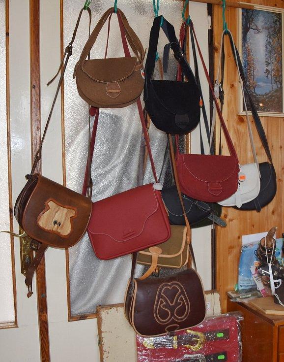 Kabely pro lovce a myslivce či dámské kabelky. Pro řemeslnici ze Všehrd není problém je ušít.