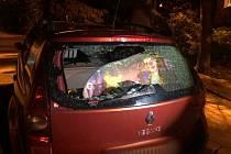 Vzteklý muž v chomutovské ulici Kamenná rozbil okýnko od cizího auta.