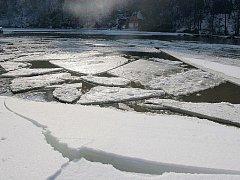 Ohře v Klášterci zamrzá a vylévá se z břehů. Archivní foto