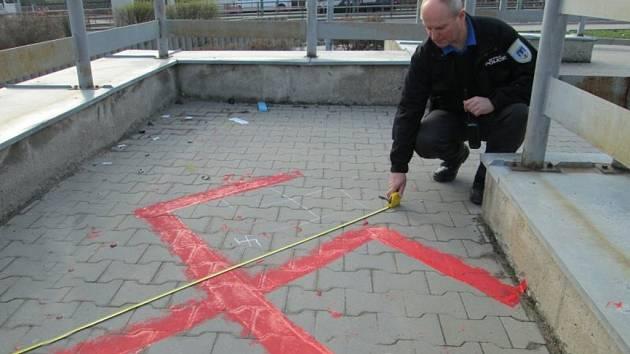 Nacistické kříže se objevily hned na několika chomutovských místech. Parkoviště kousek do autobusového nádraží (foto), Nádražní ulice, lávka a nakonec nádraží nákladní.