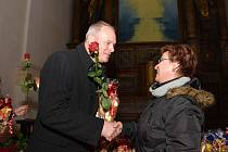 Náměstek primátora Marek Hrabáč předává květinu a drobný dárek jedné z dárkyň krve. Město je k převzetí plaket pozvalo do kostela sv. Ignáce.