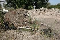 Geodeti naměřili, že se na ploše nachází 350 až 500 tun znečištěné zeminy. Její tonáž narůstá, protože společnosti pokračují v navážení.