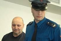 Snímek ze soudu se S.Týrem a jeho gangem z Chomutova, obžalovaným z organizovaného zločinu a obchodu se ženami.