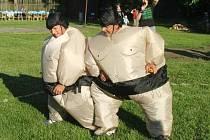 """""""Hele, na mě nemáš, jsem těžší váha"""". I letos budou nezabyličtí tátové soutěžit v sumó."""