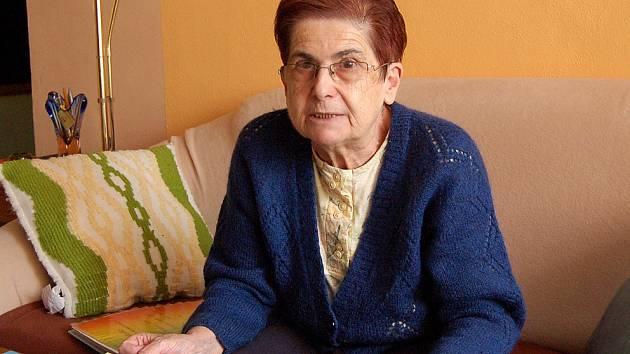 Dobroslava Heřmánková s albem fotografií svých vnuček.
