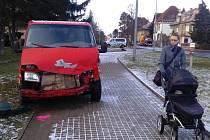 Tranzit se vyhýbal autu, kterému mu nedalo přednosta a skončil na chodníku.