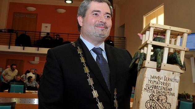 Zvolený primátor Daniel Černý s dárkem, který dostal od spřízněné  iniciativy Nechceme žít v Palermu.