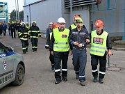 Zaměstnanci bezpečnostní agentury, která má na starost ostrahu Elektrárny Tušimice odvádějí vetřelce (figuranta).