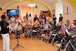 Klienti domova pro seniory v Kadani zpívali koledy