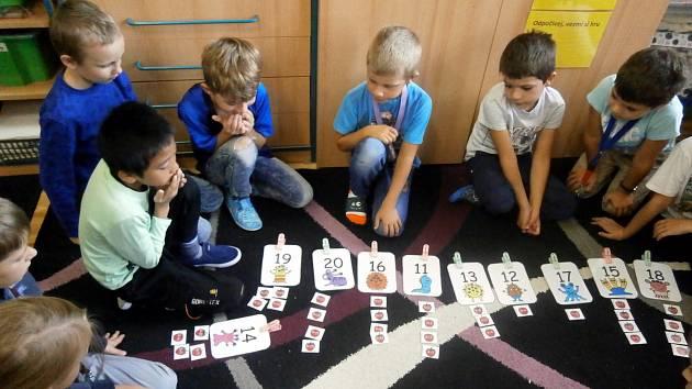 Hodiny matematiky ve 2. B na Kadaňské jsou skoro vždy hravé, protože se děti učí Hejného matematiku.