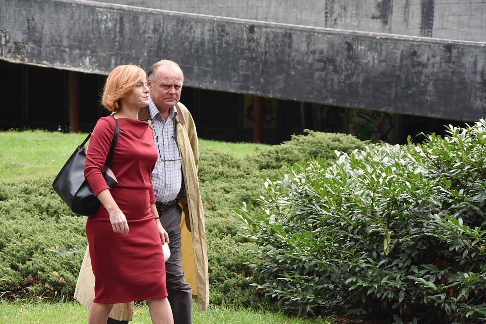 Lenka Krobotová a Igor Bareš v roli kriminalistů.