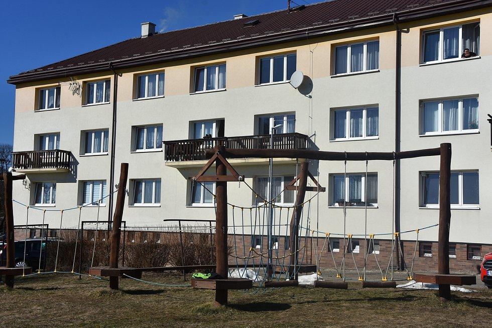 Bytový dům s dětským hřiště v Blatně.