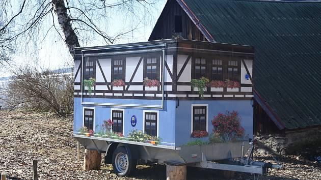 Obec má vlastní pojízdnou kavárnu. Využila ji například při festivalu Květnovské hudební slavnosti a dalších akcích.