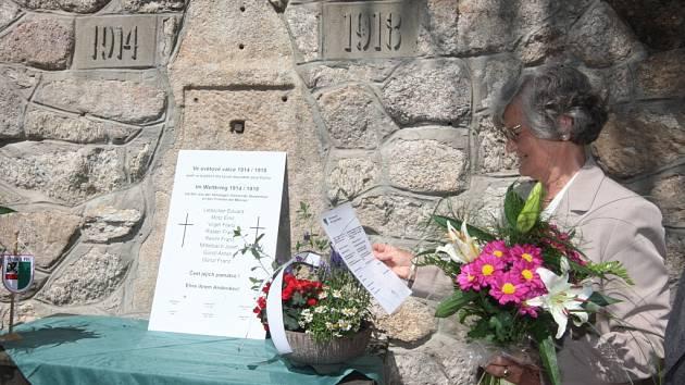 NOVÁ. Při odhalení pamětní desky byl starosta Vysoké Pece, dnešní obyvatelé Pyšné i někdejší rodáci, odsunutí do Německa.