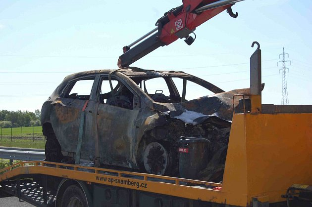 Na R7 uChomutova se srazil kamion sosobním vozem.