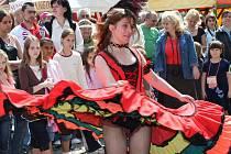 Tanečnice v kruhu návštěvníků jednoho z předešlých ročníků Chomutovských slavností.