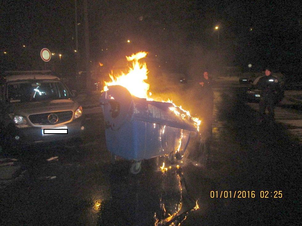Hořící kontejner v ulici Pod Břízami.