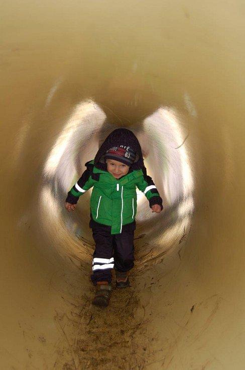 """Děti zaujala i nově otevřená přírodní učebna, především """"tunel pro jezevce""""."""