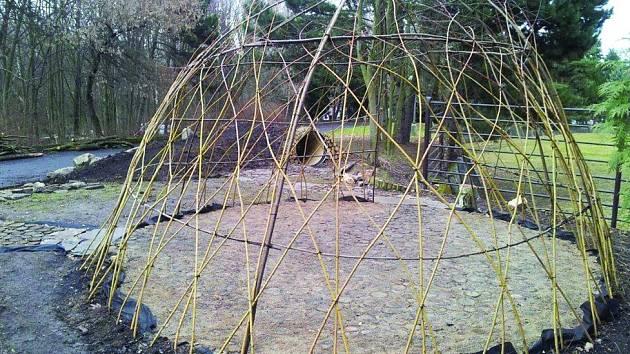 Přírodní učebna je připravena. Čeká se už jen na jaro, kdy vyraší listy a vytvoří přirozenou zelenou střechu. Stejně bude vypadat také kojící koutek v blízkosti bazénu s tuleni.