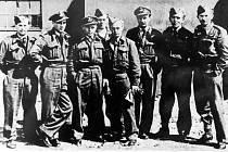 Navigátor Alois Volek (třetí zprava) v osádce Rudolfa Haeringa.