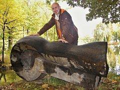 Pro svou sochu našel sochař Jiří Němec místo u zámeckého rybníka na Červeném Hrádku.