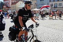 Lubomír Kučera na chomutovském náměstí 1. máje při odjezdu.