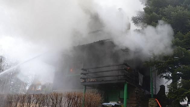 V Mezihoří vzplála střecha jedné z chat. Hasiči oheň uhasili a střechu museli rozebrat.