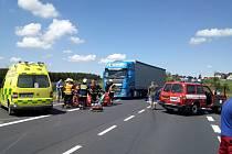 Tragická nehoda kamionu, auta a motocyklu u Hory sv. Šebestiána.