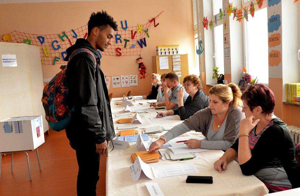 Letos v Chomutově poprvé volil i student Lukáš Ngaleka.