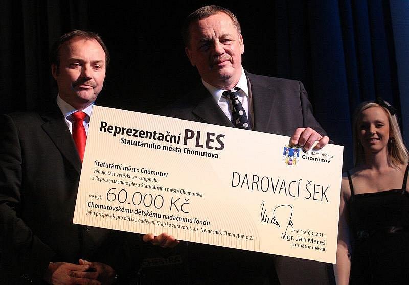 Šek od města přijal od primátora Jana Mareše zástupce Chomutovského dětského nadačního fondu a zároveň primář dětského oddělení místní nemocnice Jiří Kroh.