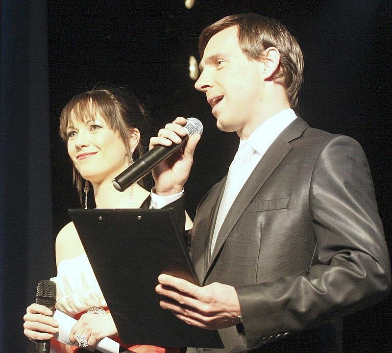 Ples uváděla známá herecká dvojice Tereza Kostková a Roman Vojtek.