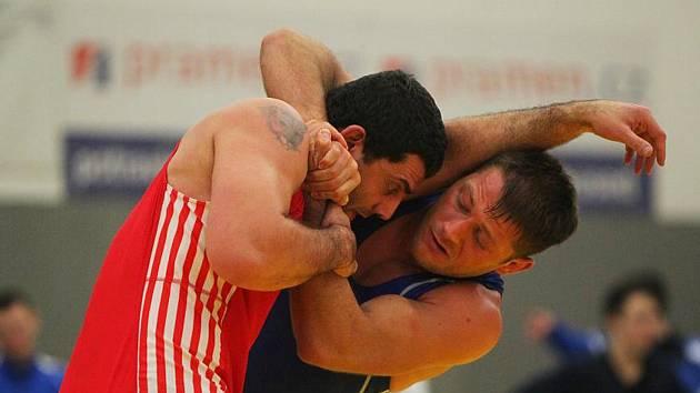 Artur Omarov (vpravo), vítěz váhové kategorie do 96 kg, porazil i dlouholetého seniorského reprezentanta Filipa Soukupa z Plzně