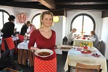 Po loňském úspěchu, který provázel proměnu jirkovské městské věže v restauraci, se pořadatelé rozhodli zorganizovat akci i letos. Do věže na chutné domácí pokrmy zvou labužníky v sobotu.