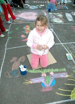 Terezka Mistolerová z Mateřské školy Písnička na Zahradní v Chomutově během akce Malování na chodník.