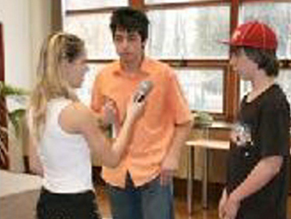 Káťa, Karel a Dominik při scénce coby obhajobě jejich učitele.