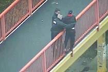 Strážníci zachraňují sebevraha, který chtěl skočit z lávky nad silnicí I/13.