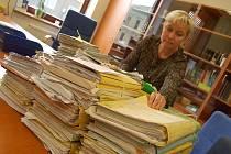 HORA SPISŮ na stole místopředsedkyně soudu Lenky Chalupové je jen zlomkem toho, co bude muset ona a její kolegové projít v souvislosti s amnestií a podmíněnými rozsudky. Čeká je zhruba šest tisíc spisů.